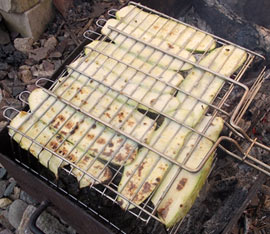 Жарим кабачки на мангале в решетке-гриль